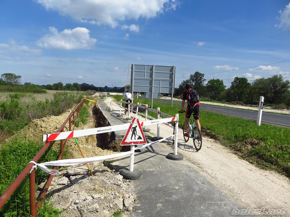 Félig elbontott kerékpárút Balatonszentgyörgyön